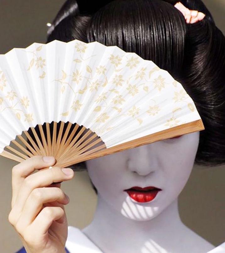 Geisha sử dụng loại tinh dầu chiết xuất từ thực vật có tênlà Bintsuke Abura cho các vùng khuôn mặt, cổ, vùng ngực
