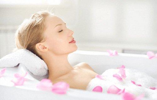 Bật bí trị khô da bằng cách tắm
