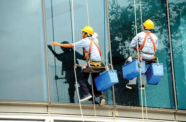 Làm sao để doanh nghiệp tiết kiệm chi phí vệ sinh cho kính nhà xưởng