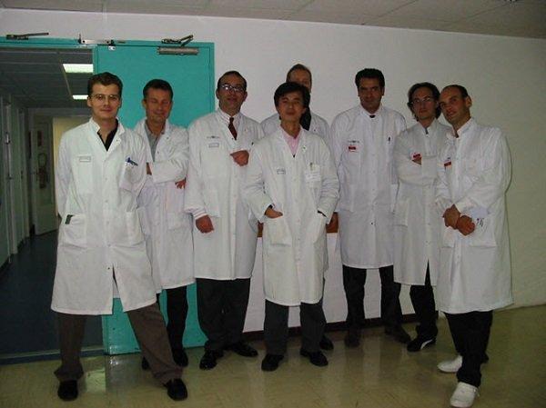 Đội ngũ y bác sĩ thực hiện phẫu thuật độn cằm