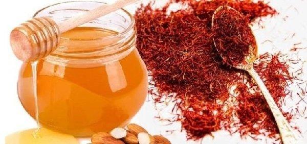 Pha saffron cùng với mật ong
